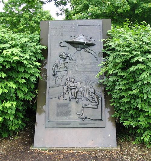 """Монумент в память о """"вторжении марсиан"""""""